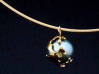 'Capture' range gold and Tahitian pearl pendant